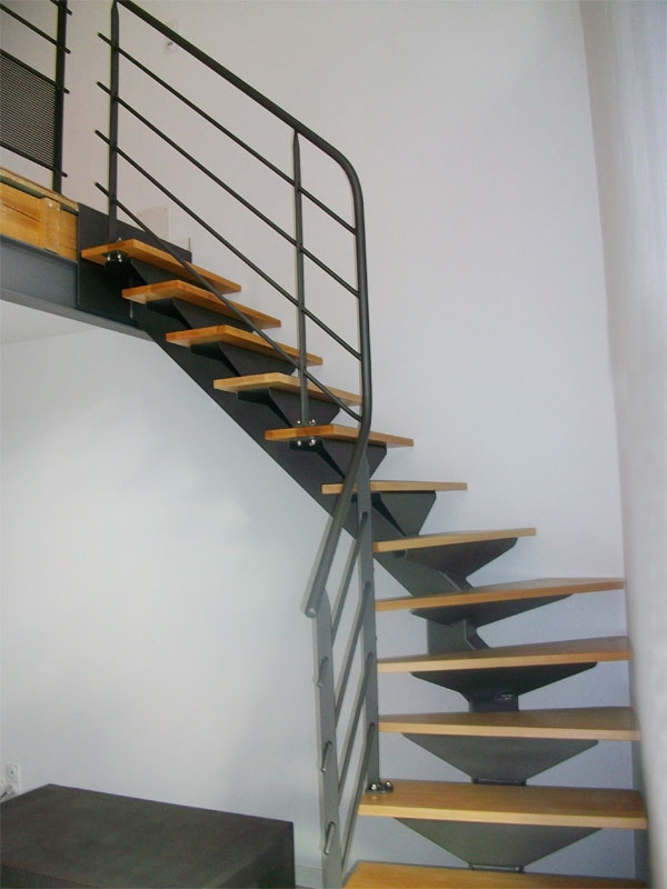 escalier m tal limon central et garde corps gris clair mecametal. Black Bedroom Furniture Sets. Home Design Ideas