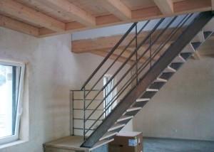 Escalier en métal brut marche en bois et garde-corps en acier en vendée
