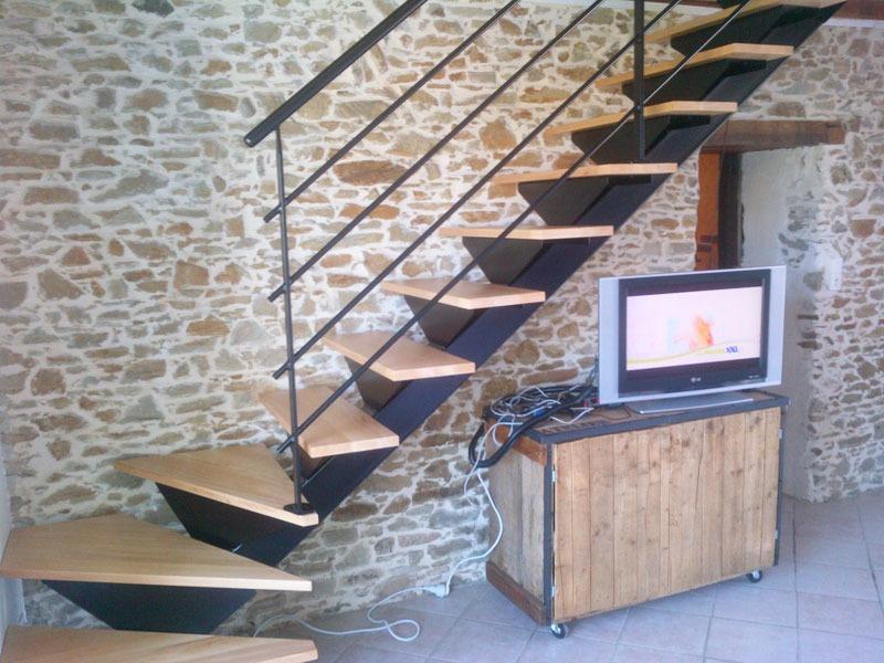 escalier limon central et support de marche en tole. Black Bedroom Furniture Sets. Home Design Ideas