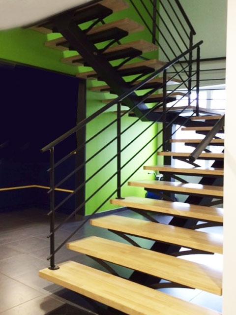 Escalier 2 4 tournant limon central en m tal mecametal - Escalier a limon central en fer ...