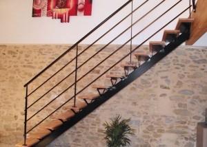 escalier metal droit marche en bois garde-corps sous bassement verre en Vendée Loire Atlantique et Maine et Loire