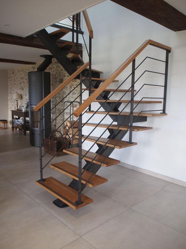 escalier limon central en bois et métal