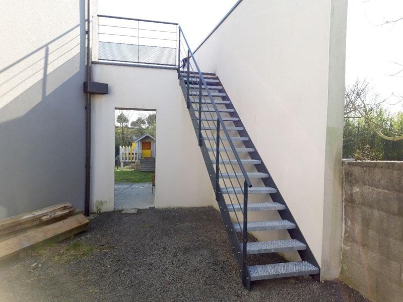 Garde-corps et escalier extérieur en métal